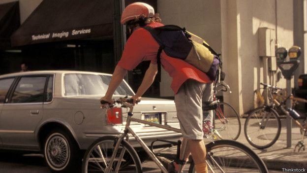 Andar de bicicleta com capacete