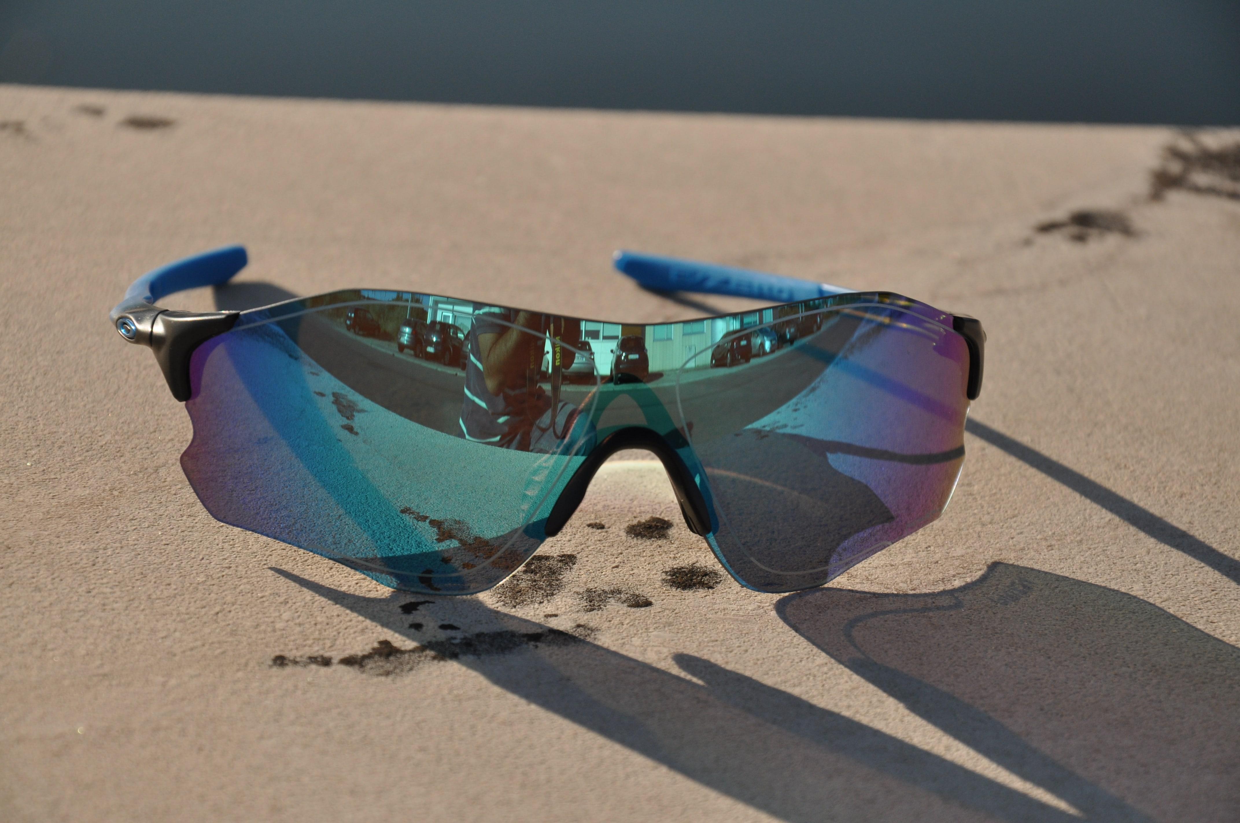 Se procuras uns óculos para andar com a bike, leves, com tecnologia que  protege e a ajuda a tua visão, estes óculos Oakley EVZero Path Prizm  Polarized . 2ac5f9018d