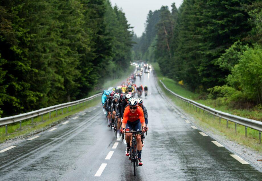 Sam Bennett ganha ao sprint terceira etapa do Critérium du Dauphiné