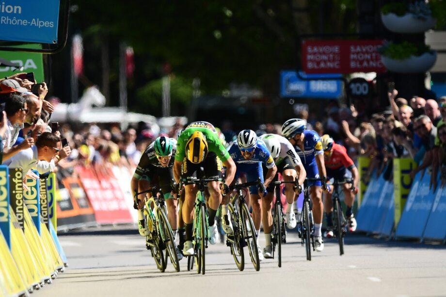 Wout van Aert repete triunfo no Critérium du Dauphiné, Adam Yates continua líder